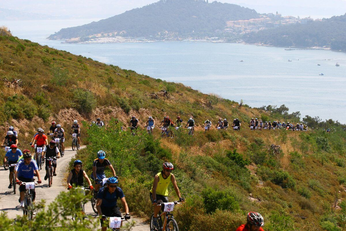 Bisiklet tutkunlarına özel olarak düzenlenen Red Bull Geç Kalma yarışı, 19 Eylül'de Adalar'da büyük heyecana sahne olacak. Büyükada, Burgazada ve Heybeliada'da üç etap olarak koşulacak yarışta eğlence, doğayla buluşma ve heyecan iç içe olacak. Tüm bisiklet severlere açık Red Bull Geç Kalma için kayıtlar 21 Ağustos'ta başladı.