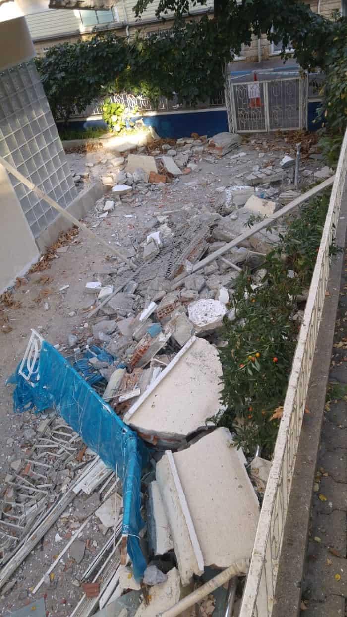 Kınalıada'da depremde zarar gören bina yıkılma tehlikesi geçirdi!