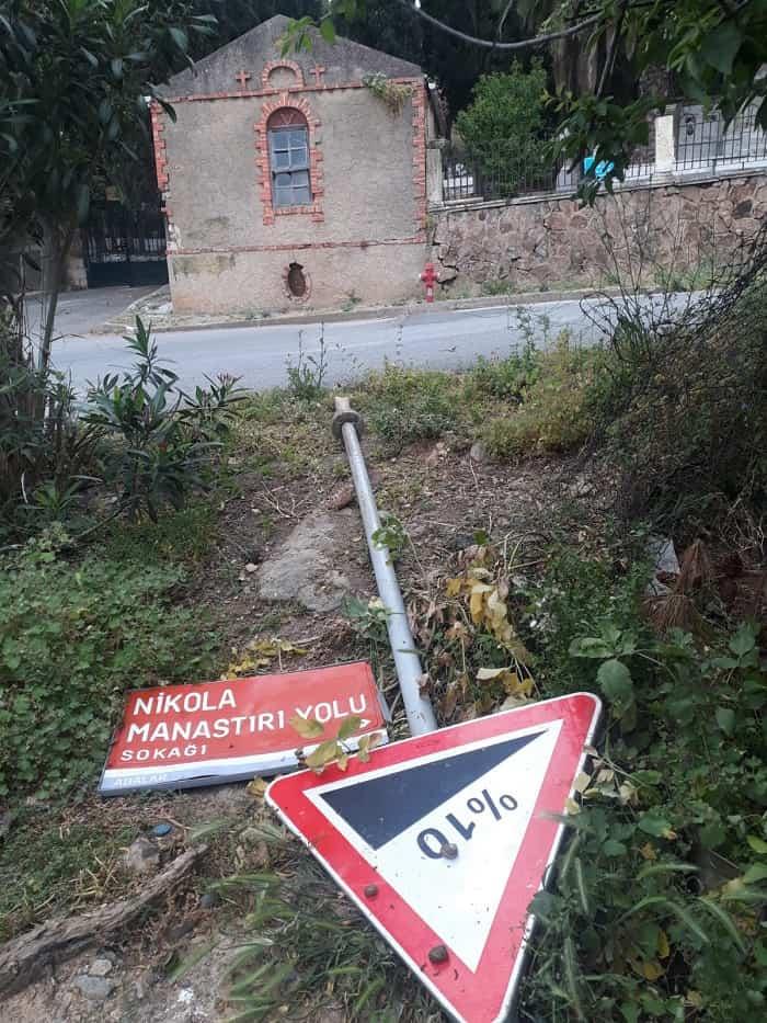 'nikola-manastiri-yolu'-tabelasi-yerlerde!