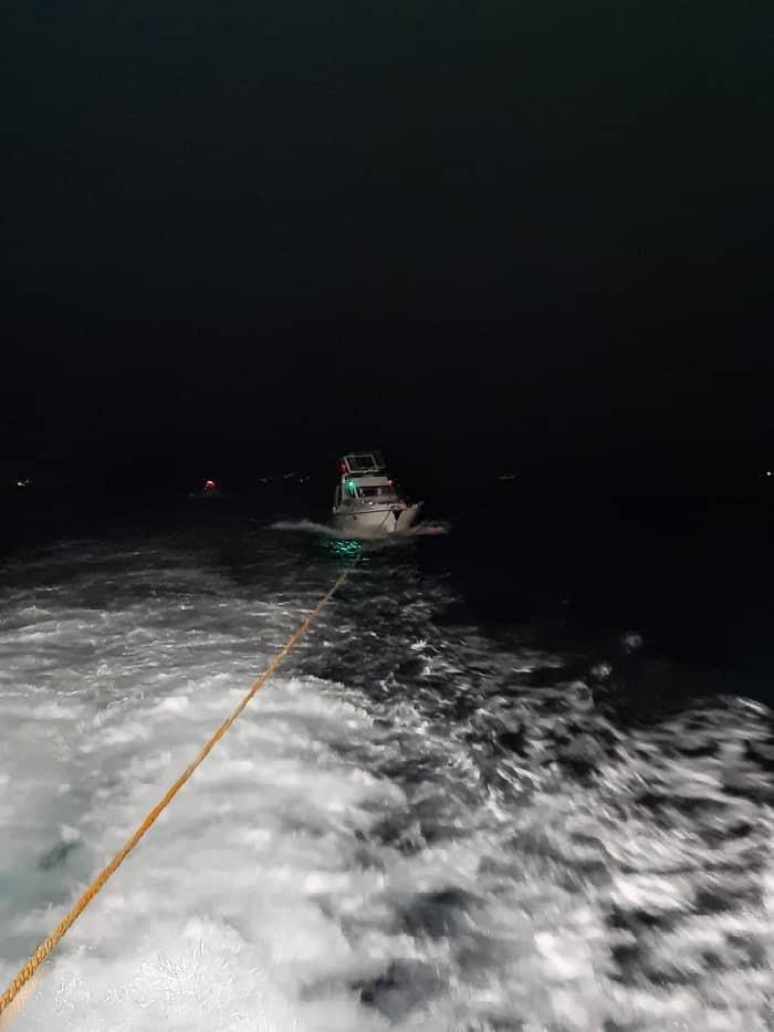 Sedef Adası açıklarında sürüklenen tekne Pendik Marina'ya çekildi