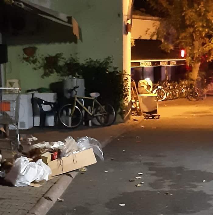 Adalar'da toplanmayan çöpler ve artan araç trafiği can sıkıyor!