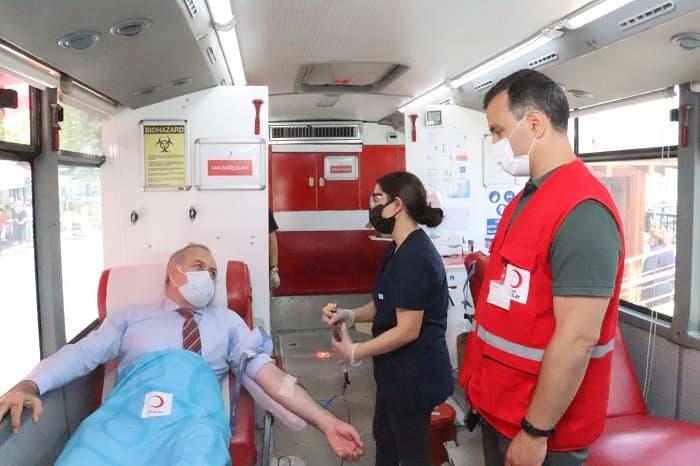 Dr. Mustafa Ayhan 'Her damla KAN, Bir CANDIR' etkinliği kapsamında kan verdi