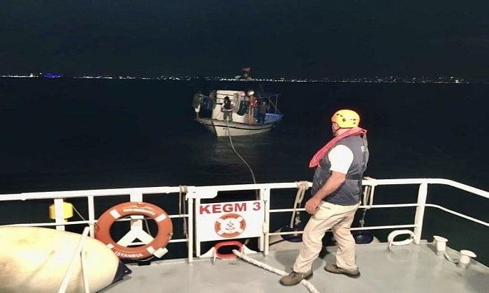 Kınalıada açıklarında içerisindeki 3 kişiyle sürüklenen tekne kurtarıldı