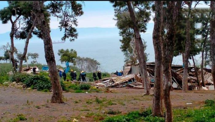 Heybeliada'da önceki hafta yıkılamayan at ahırları, dün sabah saatlerinde yıkıldı