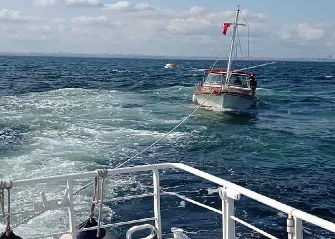 Kınalıada önlerinde sürüklenen içinde 4 kişi bulunan tekne kurtarıldı