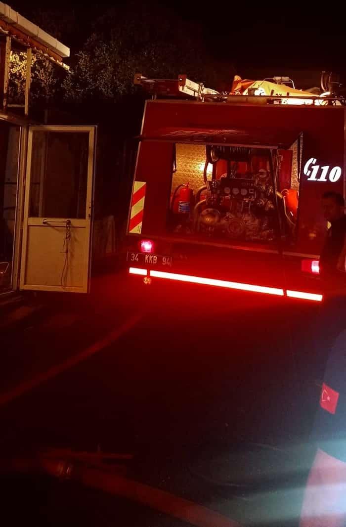 Kınalıada'da kaçak hurdalıkta yangın!