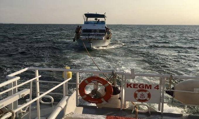 Sivriada açıklarında içinde 13 kişi bulunan tekne kurtarıldı