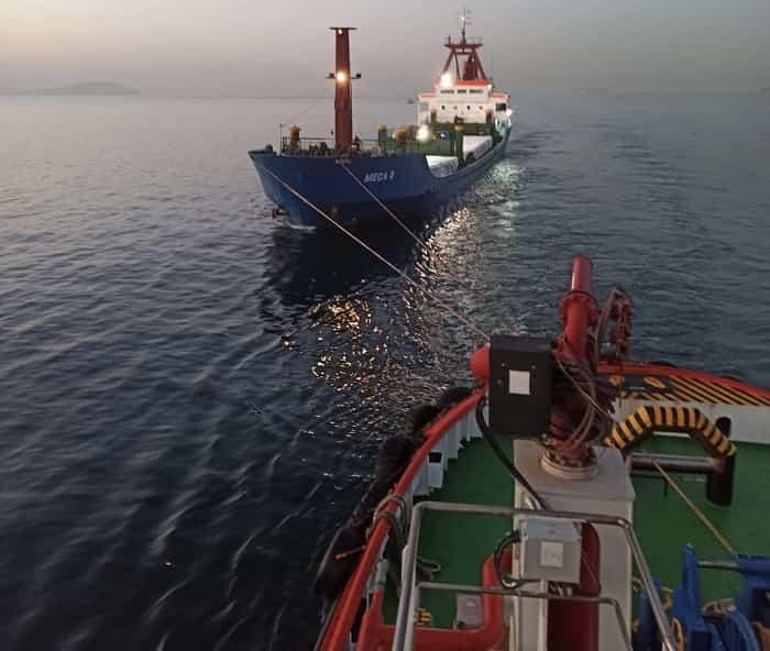 Sivriada açıklarında makine arızası yapan kuru yük gemisi Ahırkapı'ya çekildi